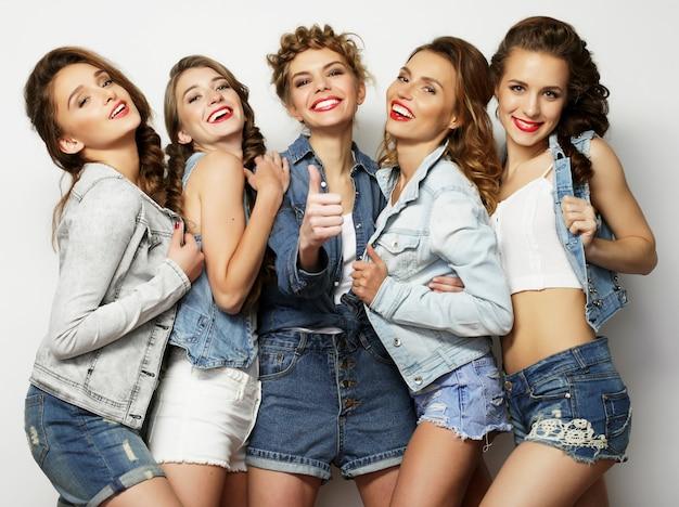 Lifestyle en mensen concept: mode portret van vijf stijlvolle sexy meisjes beste vrienden