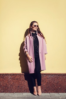 Lifestyle mode portret van jonge stijlvolle vrouw
