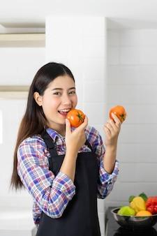 Lifestyle mooi aziatisch gezond meisje vullen gelukkig, tomatengroenten wassen in de gootsteen