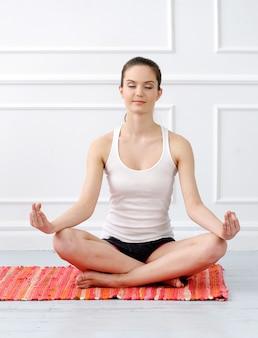 Lifestyle. mooi meisje tijdens yogaoefening