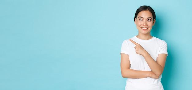 Lifestyle schoonheid en winkelen concept doordachte lachende aantrekkelijk aziatisch meisje in vrijetijdskleding thi...