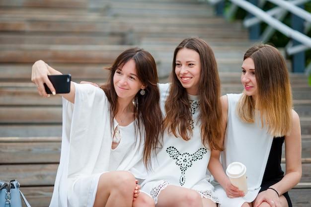 Lifestyle selfie portret van jonge positieve meisjes plezier maken en selfie maken. concept van vriendschap en plezier met nieuwe trends en technologie. beste vrienden die het moment bewaren met moderne smartphone