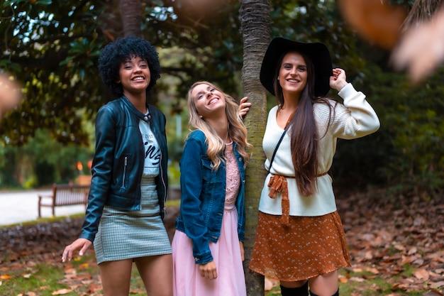 Lifestyle sessie. drie goede vrienden in een park met plezier