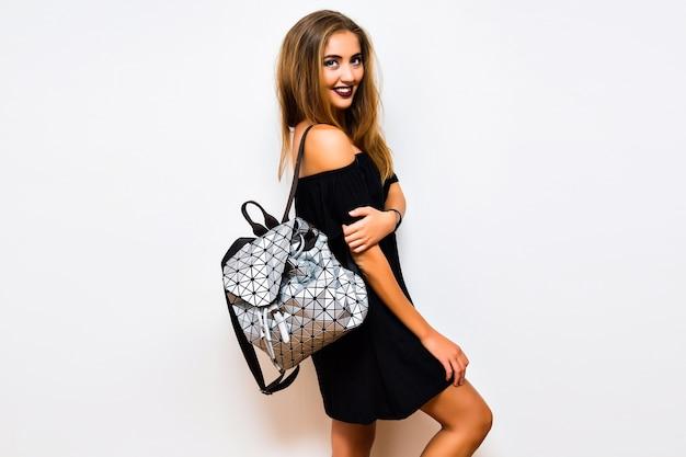 Lifestyle studio flitsbeeld van verraste vrouw met stijlvolle elegante gotische make-up en outfit