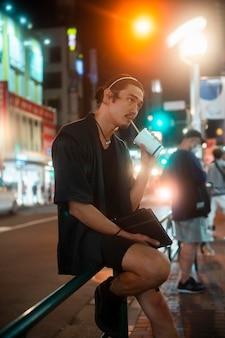 Lifestyle van de nacht in de stad met een jongere