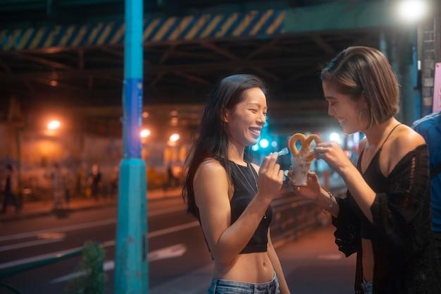 Lifestyle van de nacht in de stad met jonge vrouwen
