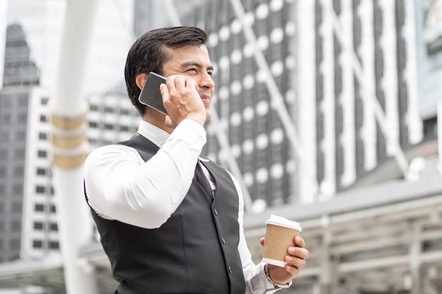Lifestyle zakenmensen voelen zich gelukkig met behulp van smartphone.