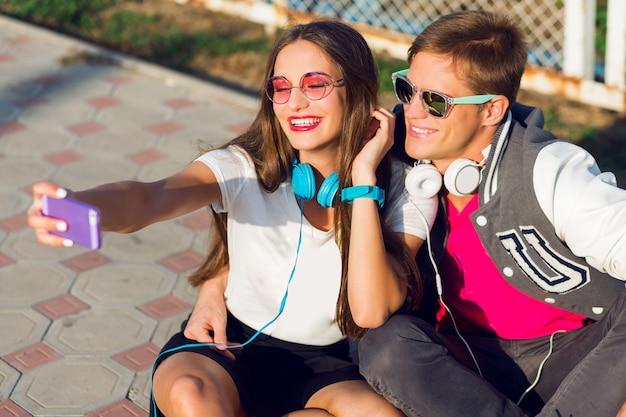 Lifestyle zomer imago van stijlvolle mooie verliefde paar zelfportret maken