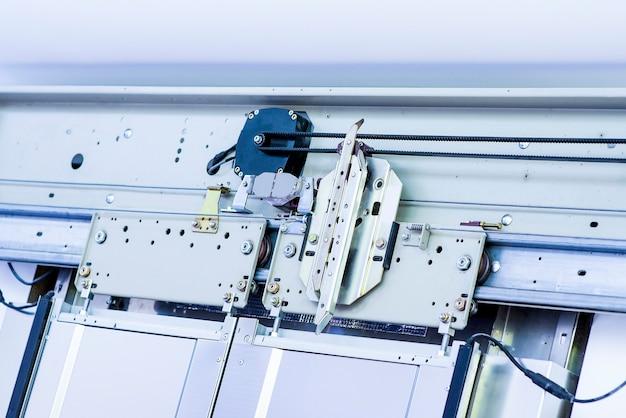 Lift installatie. lifttechnicus installeren. Premium Foto