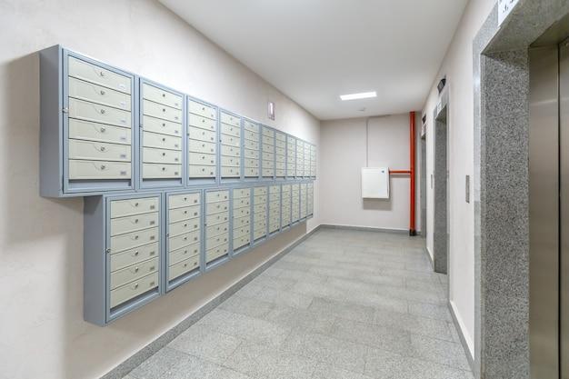 Liften en brievenbussen bij de ingang van woonflat-huis