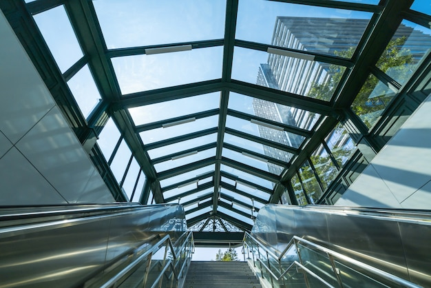 Liften en moderne kantoorgebouwen in het financiële centrum