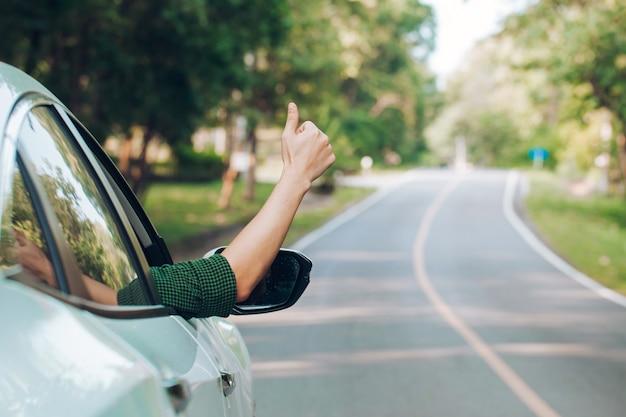 Liftende man. toerist liftende zittend in de auto op de weg