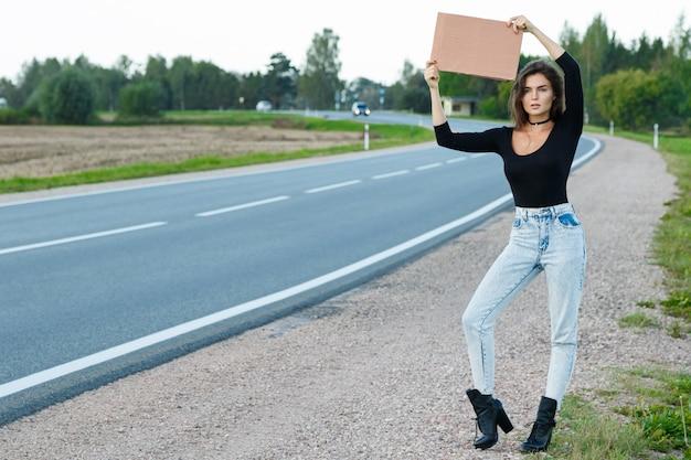 Lifter op de weg houdt een leeg kartonnen bord