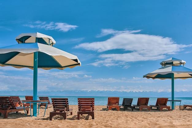 Ligbedden en parasols op het strand.