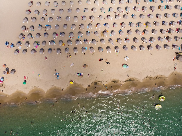 Ligbedden op het strand in sveti vlas