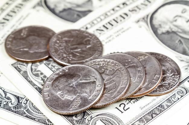 Liggende munten op de bankbiljetten van amerikaanse dollars. focus op de voorgrond