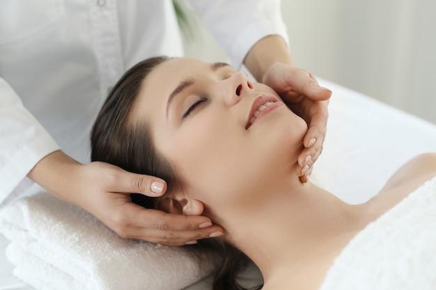Liggende vrouw die een massage ontvangt. craniosacraal therapie