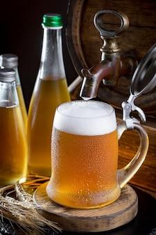 Light bier in een glas op tafel