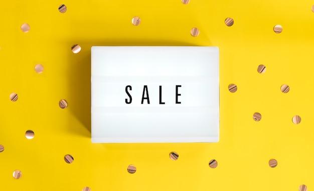 Lightbox met een bordverkoop begint op een gele feestelijke achtergrond. concept verkoop, zwarte vrijdag, cyber maandag