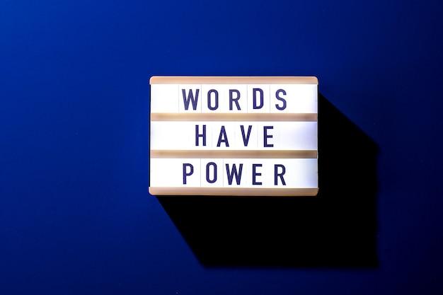 Lightbox met tekst words hebben kracht. motiverende woorden citaten concept. kleurrijke achtergrond. minimalistisch creatief concept.