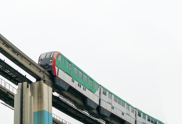 Lightrail rijdt met hoge snelheid over bruggen in chongqing, china