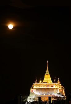 Lightup phu khao thong stupa van wat saket tempel op de volle maan nacht bangkok thailand