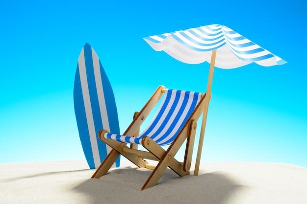 Ligstoel onder een parasol en een surfplank op zandstrand met kopieerruimte