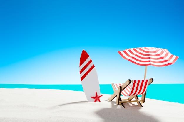 Ligstoel onder een parasol met een surfplank op zandstrand aan zee