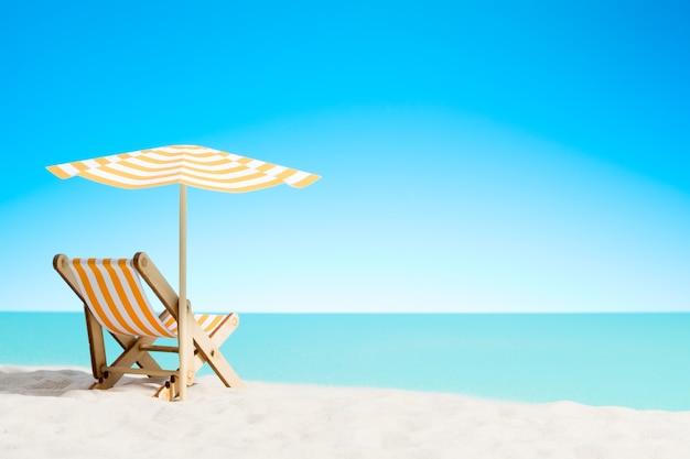 Ligstoel onder een parasol op het zandstrand aan zee
