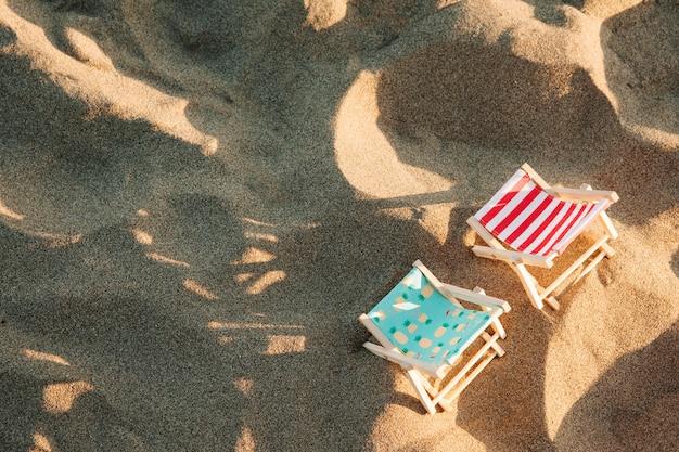 Ligstoelen bij het strand bovenaanzicht