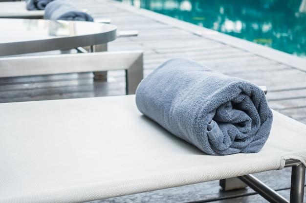 Ligstoelen met handdoek