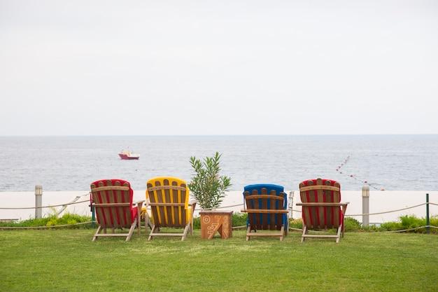 Ligstoelen met uitzicht op zee