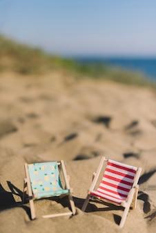 Ligstoelen op het zand