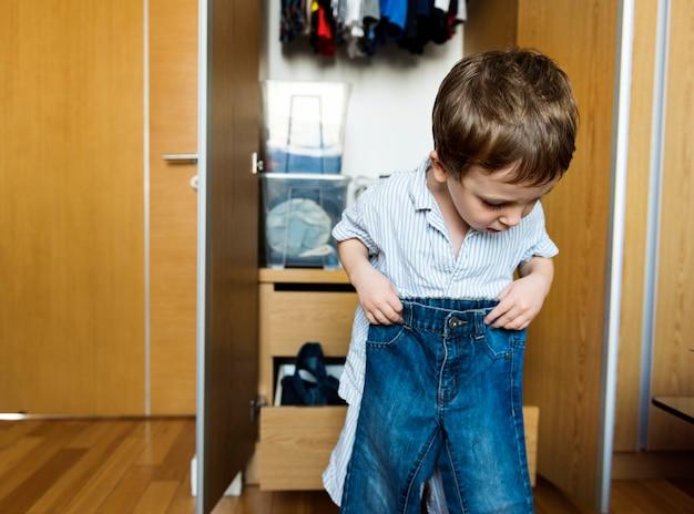 Liitle jongen aankleden door hemzelf