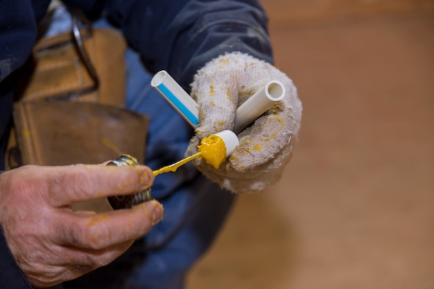 Lijmen van delen van een pvc-waterleiding met behulp van cementlijm montage installatie polypropyleen leidingen van waterleidingen