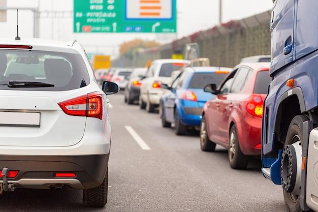 Lijn van auto's die in verkeersopstopping op snelweg wachten