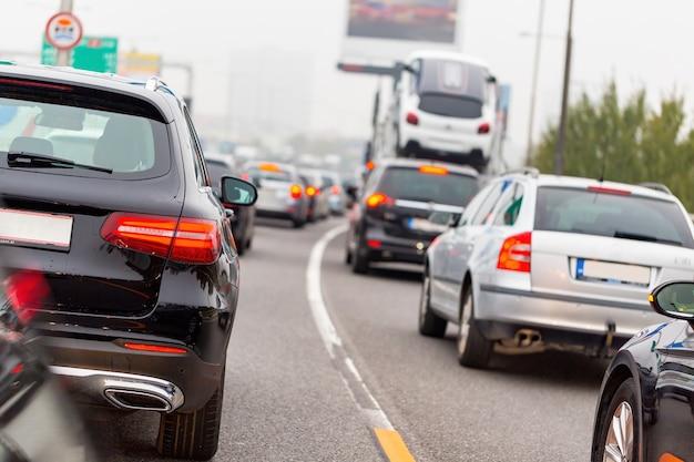 Lijn van auto's en vrachtwagens die zich op weg in spitsuur bevinden