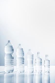 Lijn van flessen water