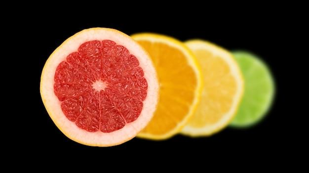 Lijn van gesneden citroen, sinaasappel, limoen en rode grapefruit plat lag en bovenaanzicht. macro foto van citrusvruchten geïsoleerd op zwarte ondergrond