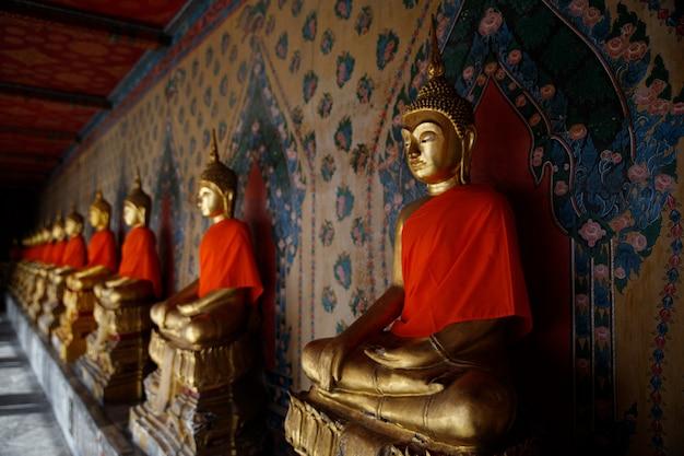 Lijn van gouden boeddha's op een tempel in thailand (bangkok)
