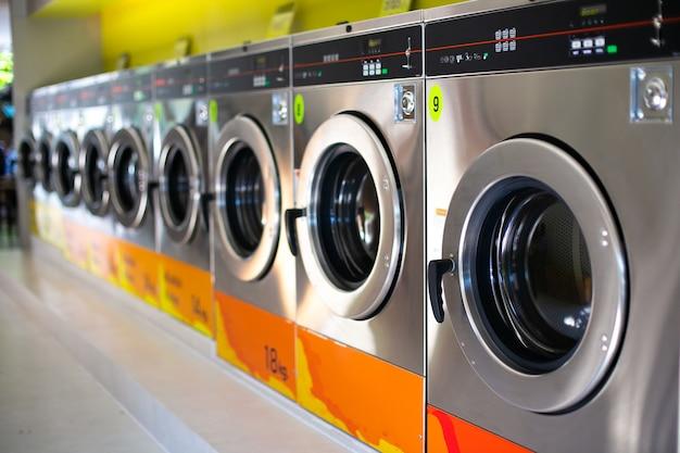 Lijn van industriële wasmachines in een openbare wasserette.