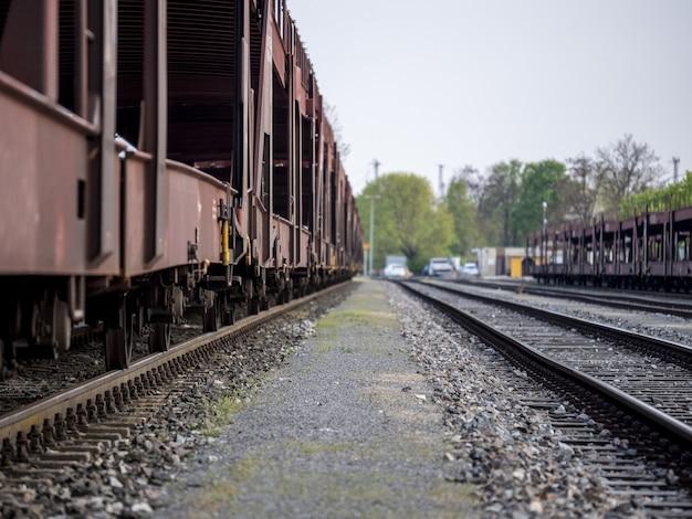 Lijn van oude treinwagons op een spoorweg