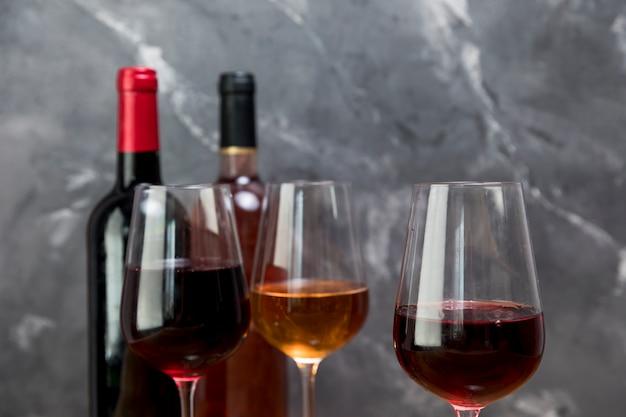 Lijn van wijnflessen en wijnglazen