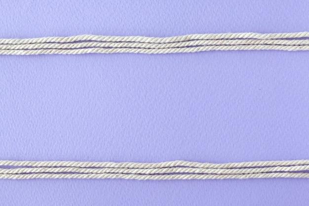 Lijn witte kabels op paarse achtergrond