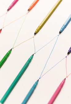 Lijnen geschilderd met kleurrijke markeringen op wit papier
