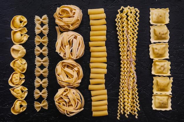 Lijnen van diverse rauwe pasta