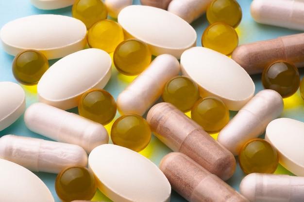 Lijnzaadolie, visolie, pillen, tabletten, vitaminen macro op blauw