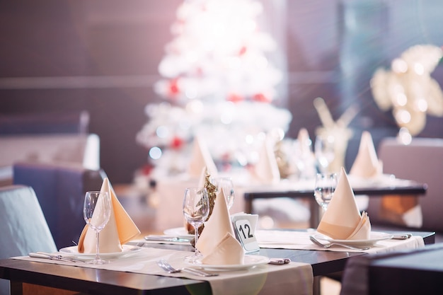 Lijst die in het restaurant met kerstboom plaatst