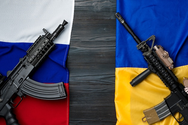 Lijst van vlaggen van rusland en oekraïne met wapengeweren op houten oppervlak