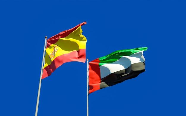 Lijst van vlaggen van spanje en de vae arabische emiraten op blauwe hemel. 3d-illustraties